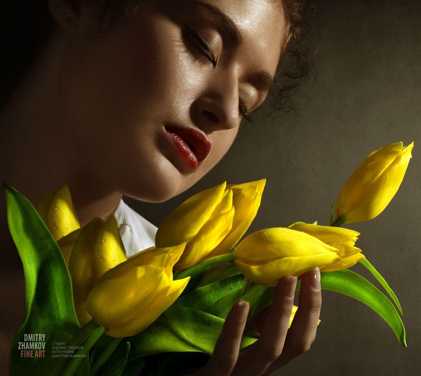 Фото девушки с жёлтой розой